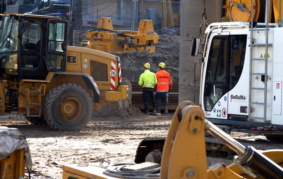 photo of construction site with equipment and engineers observing Image by 11066063 from Pixabay